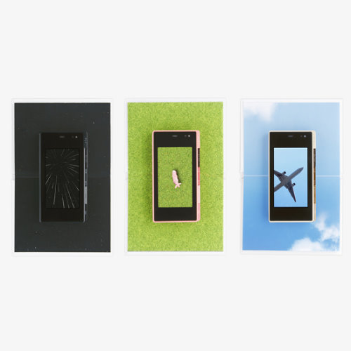 Cell Phone Support Tray Turns Your Handset Into a Picture Book